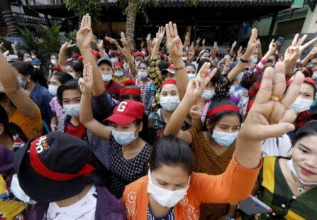 Myanmar: ancora manifestazioni mentre l'esercito risponde con un black out